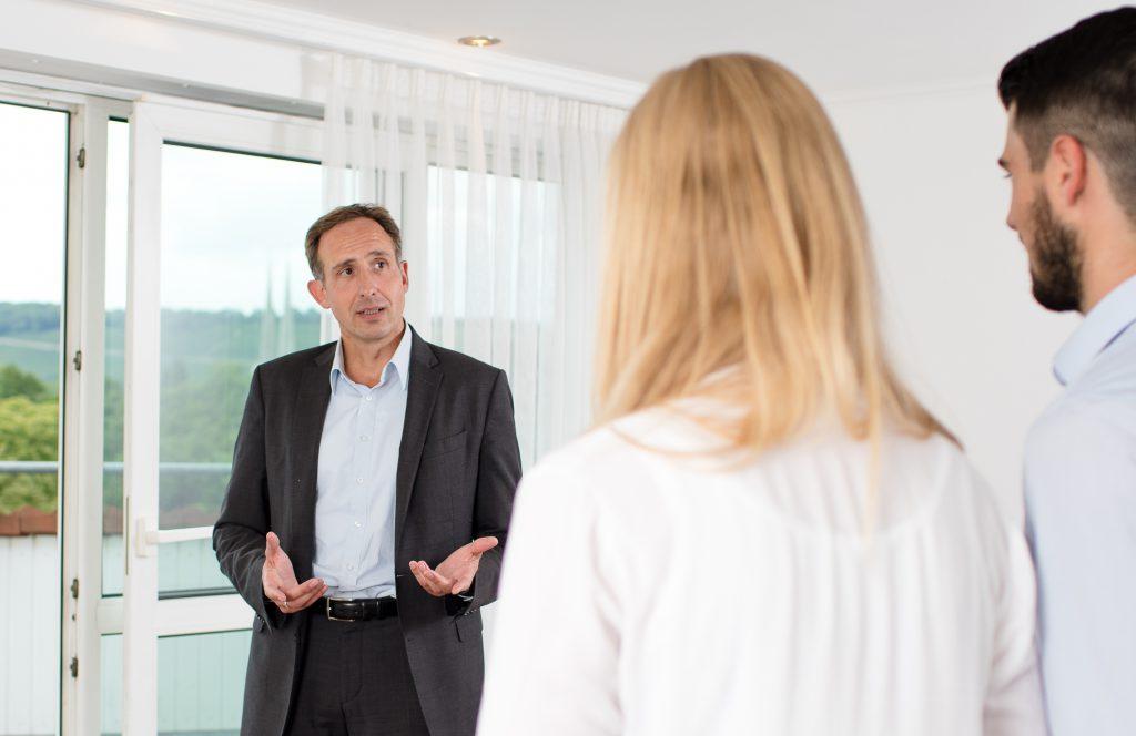 Maklergespräch während Besichtigungstermin in Eigentumswohnung zum Verkauf